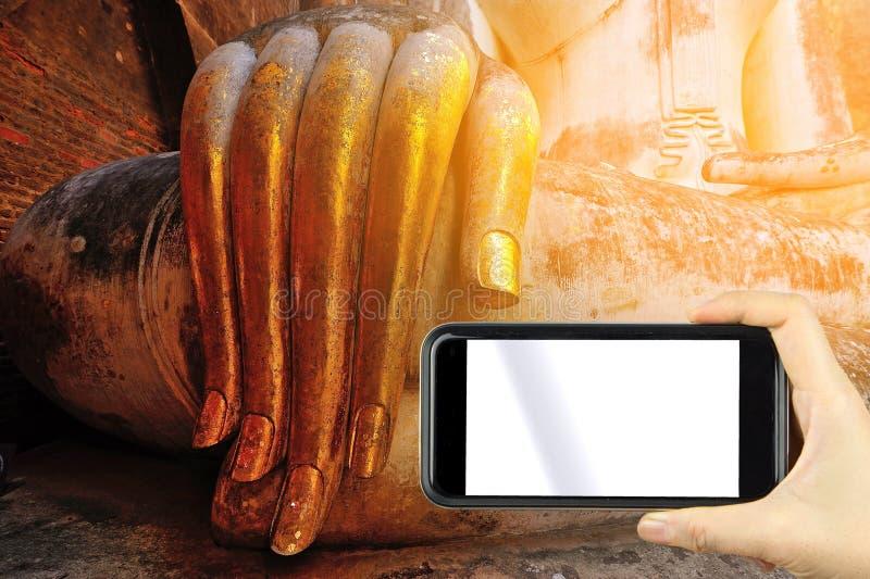 Estilo de la vendimia tome una foto con el smartphoe ofrendas de la hoja de oro fotos de archivo libres de regalías