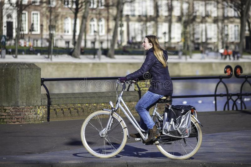Estilo de la vida holandés - ayuna el paseo en frente el canal fotografía de archivo libre de regalías