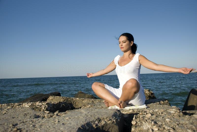 Estilo de la yoga en el mar imagen de archivo libre de regalías
