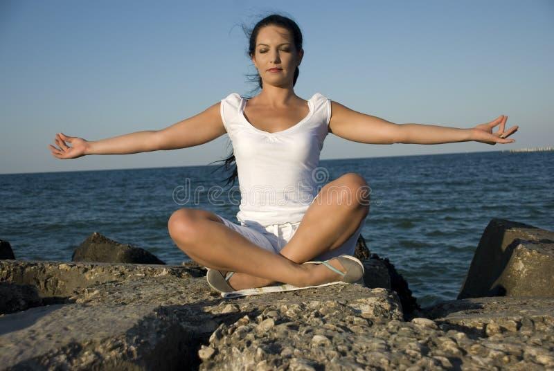 Estilo de la yoga en el mar fotografía de archivo libre de regalías
