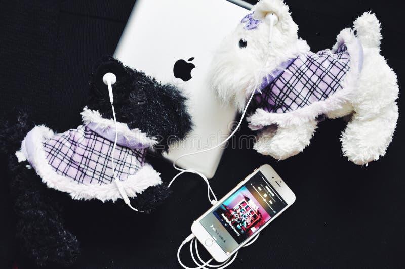 Estilo de los auriculares del iPhone de Apple foto de archivo
