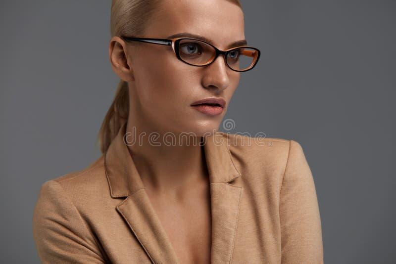 Estilo de los vidrios del ` s de las mujeres Mujer hermosa en marco óptico de la moda imagen de archivo libre de regalías