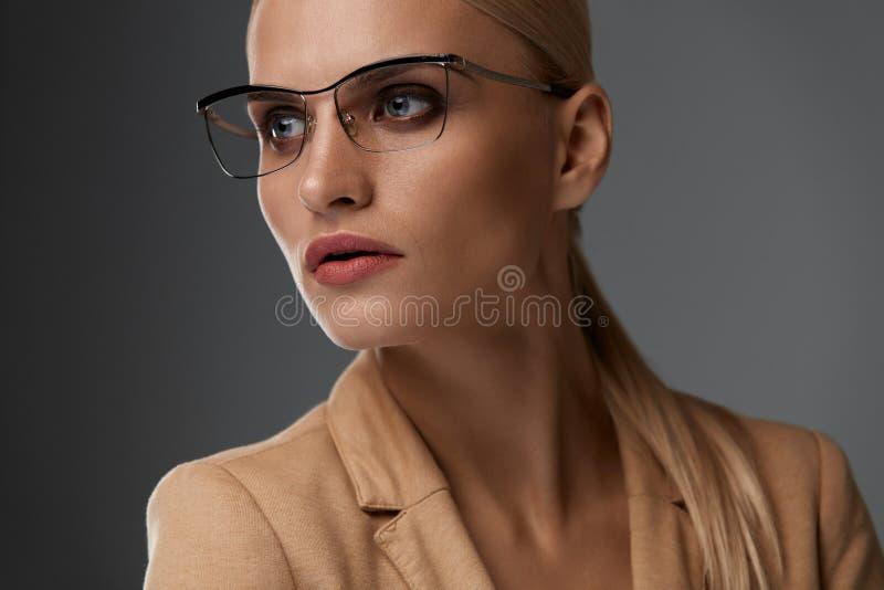 Estilo de los vidrios del ` s de las mujeres Mujer hermosa en marco óptico de la moda fotos de archivo libres de regalías