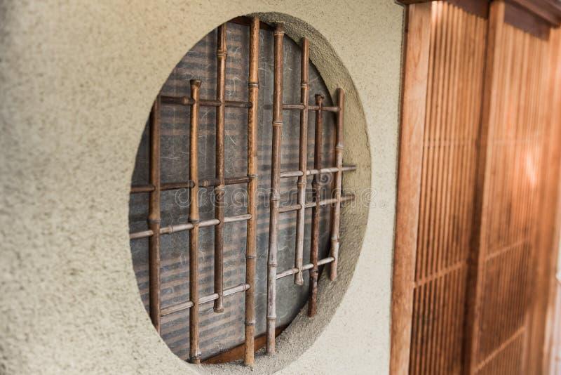 Estilo de madeira de japão da janela do círculo redondo foto de stock