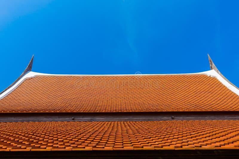 Estilo de madeira tailandês do telhado da casa fotografia de stock royalty free