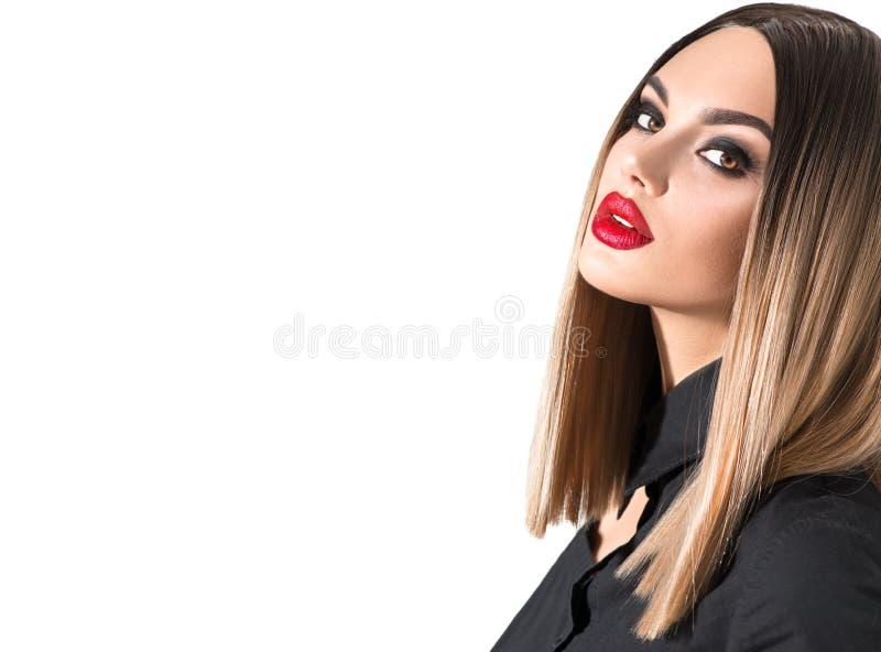 Estilo de moda, peinado, pelo teñido. Beauty Model chica con el cabello perfecto y hermoso maquillaje fotografía de archivo libre de regalías
