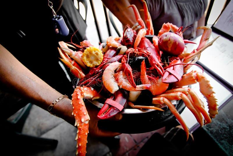 Estilo de Nova Orleães da bandeja do marisco foto de stock