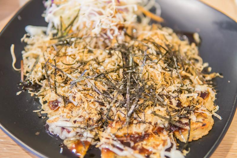 Estilo de Okonomiyaki kansai, panqueca saboroso japonesa ou sabido como Ja foto de stock royalty free