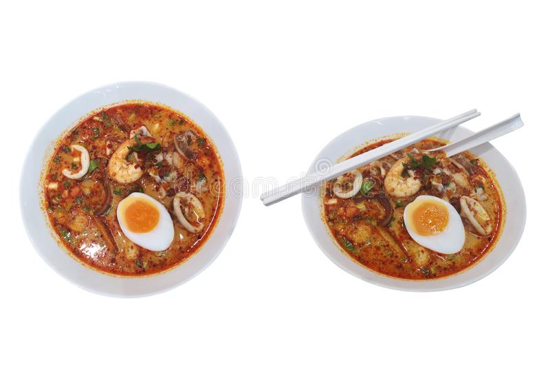 Estilo de Tom Yum do alimento tailandês com os macarronetes da vara do arroz a sopa do marisco adiciona especiarias e ervas para  imagens de stock