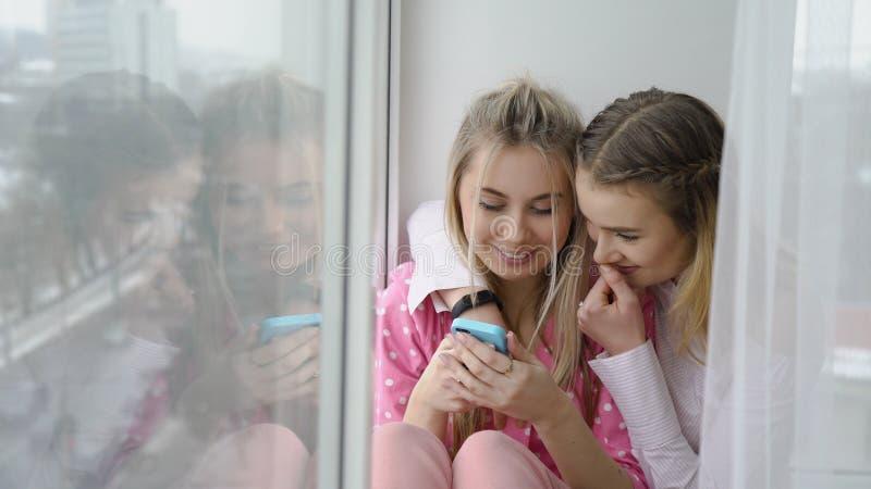 Estilo de vida adolescente despreocupado do lazer feliz das amigas fotografia de stock royalty free