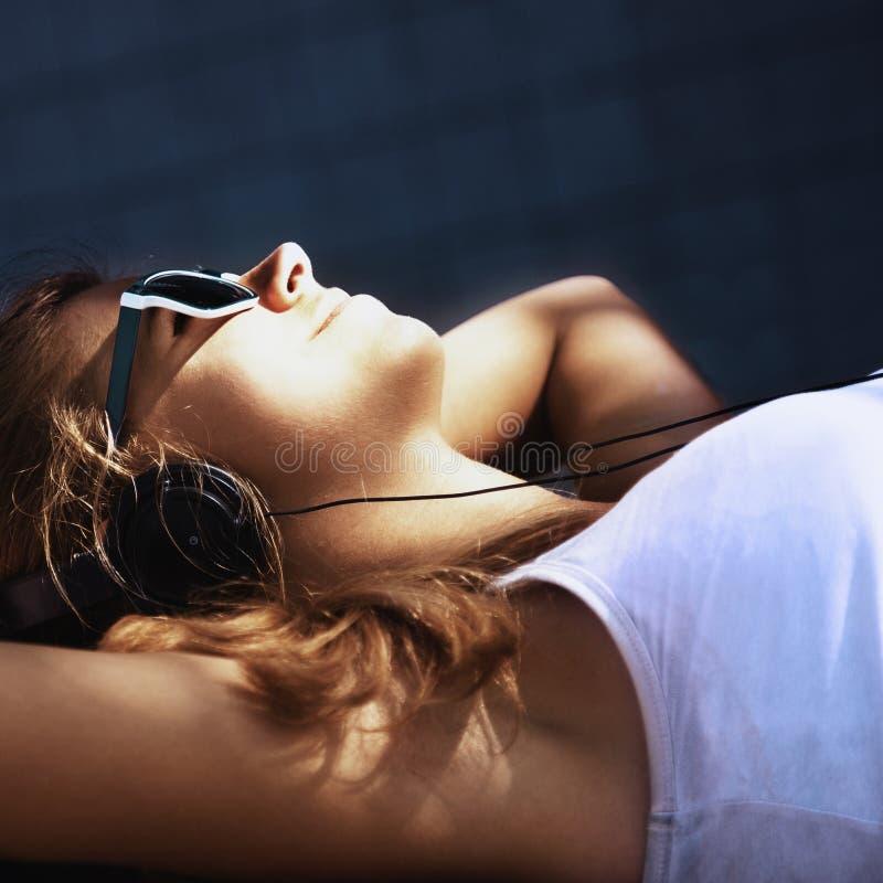 Estilo de vida adolescente música de escuta w da menina atrativa nova feliz foto de stock royalty free