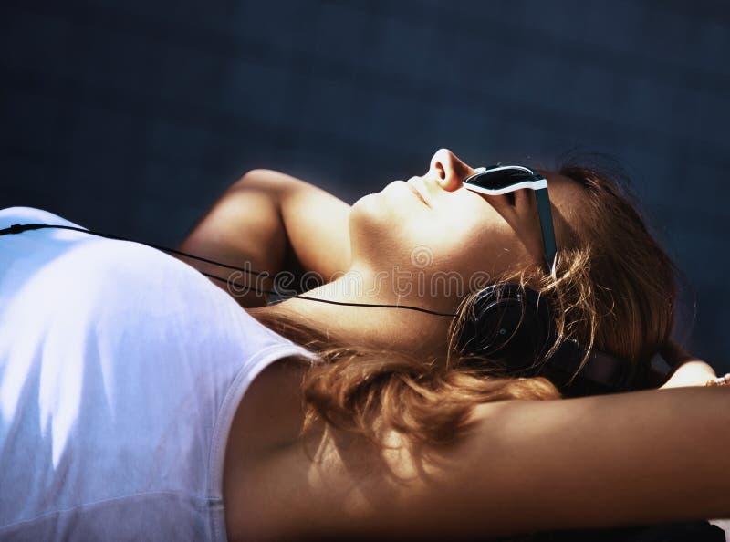 Estilo de vida adolescente música de escuta w da menina atrativa nova feliz imagens de stock