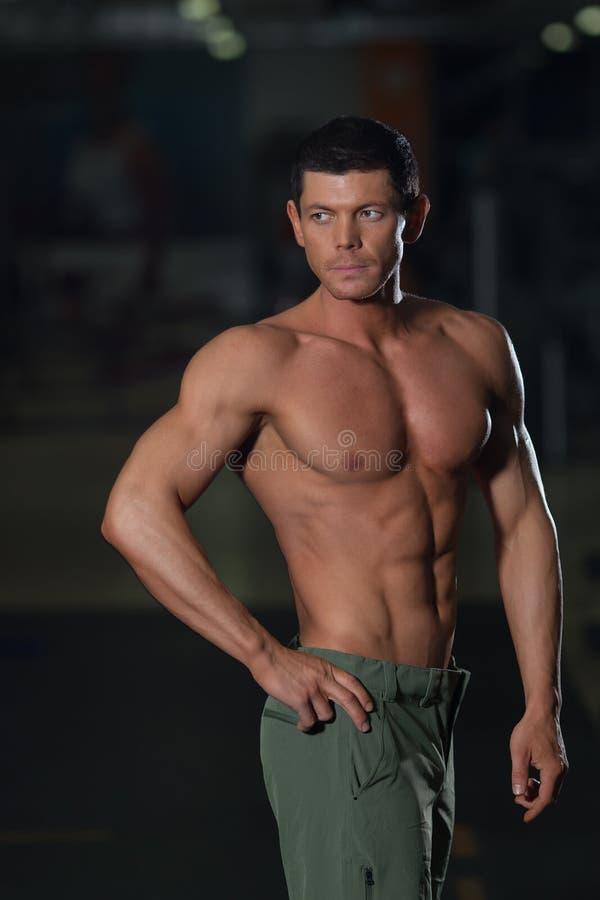 Estilo de vida ativo, homem muscular no gym imagem de stock