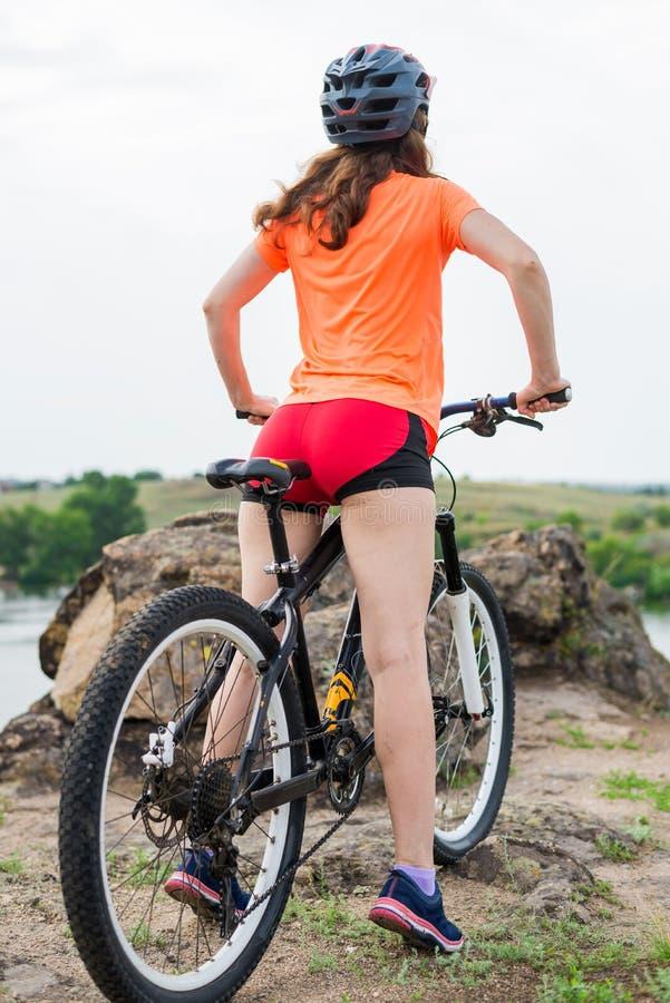 Estilo de vida ativo, jovem mulher em um passeio da bicicleta fotos de stock