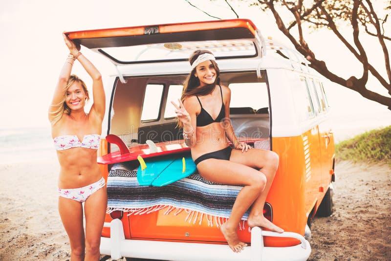 Estilo de vida da praia das meninas do surfista imagem de stock