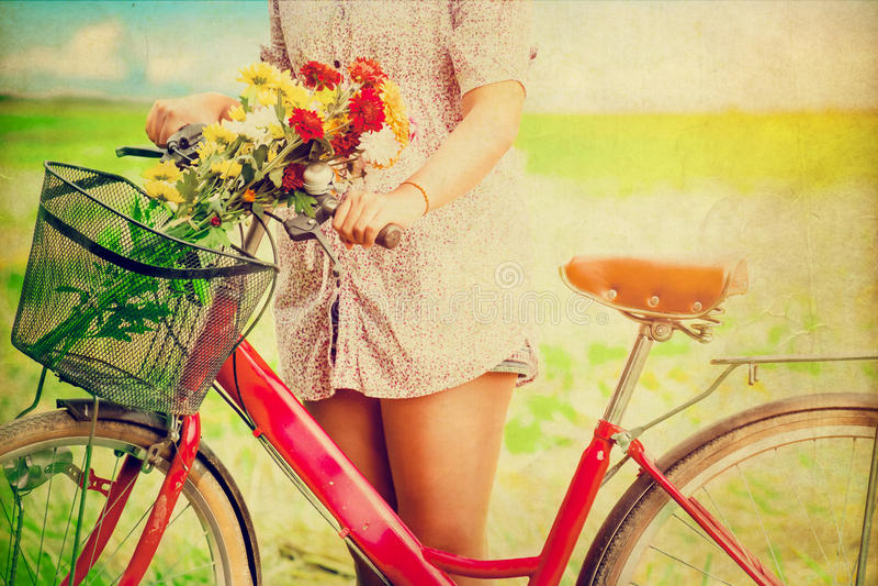 Estilo de vida das mulheres na mola com as flores coloridas na cesta da bicicleta vermelha fotografia de stock royalty free