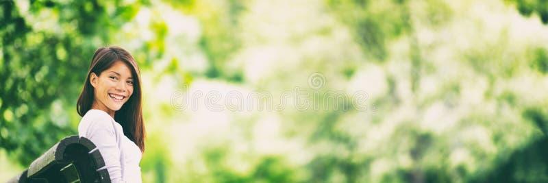 Estilo de vida do verão da mulher do parque que relaxa no banco imagem de stock