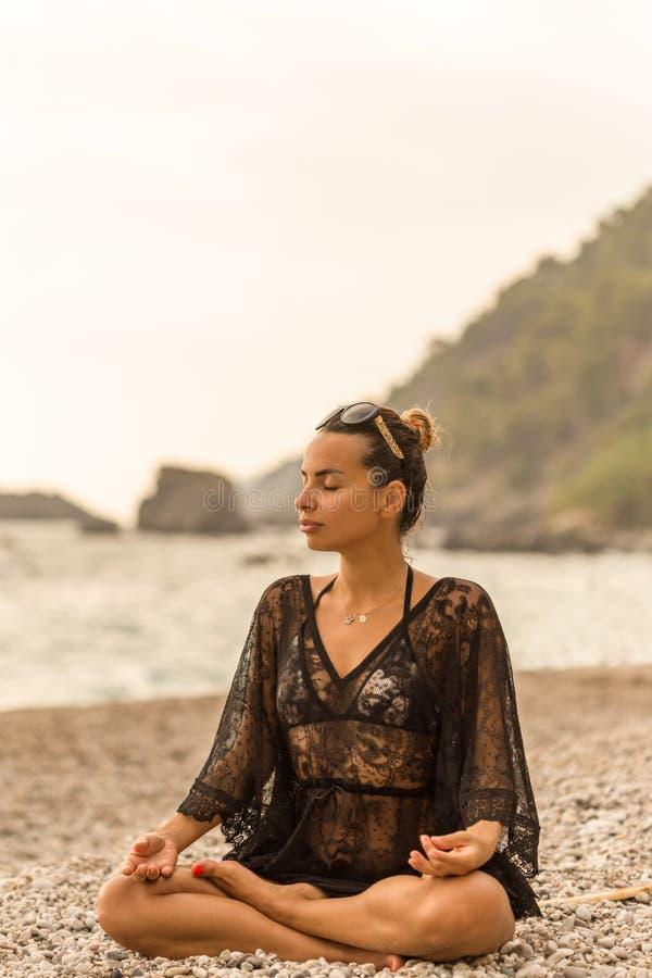 Estilo de vida do verão Meditar fêmea em uma baía bonita imagens de stock