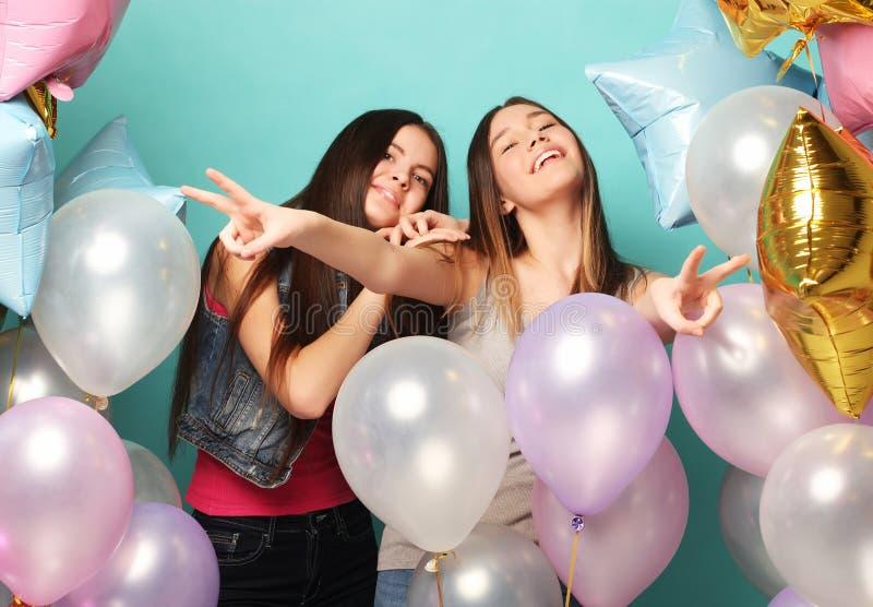 Estilo de vida e conceito dos povos: dois amigos de meninas com colorfoul imagem de stock royalty free