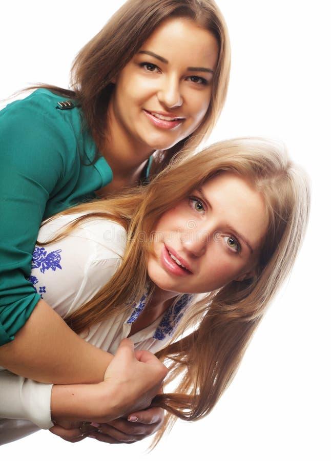 Estilo de vida e conceito dos povos: Dois amigos de moça que estão junto e que têm o divertimento fotografia de stock royalty free