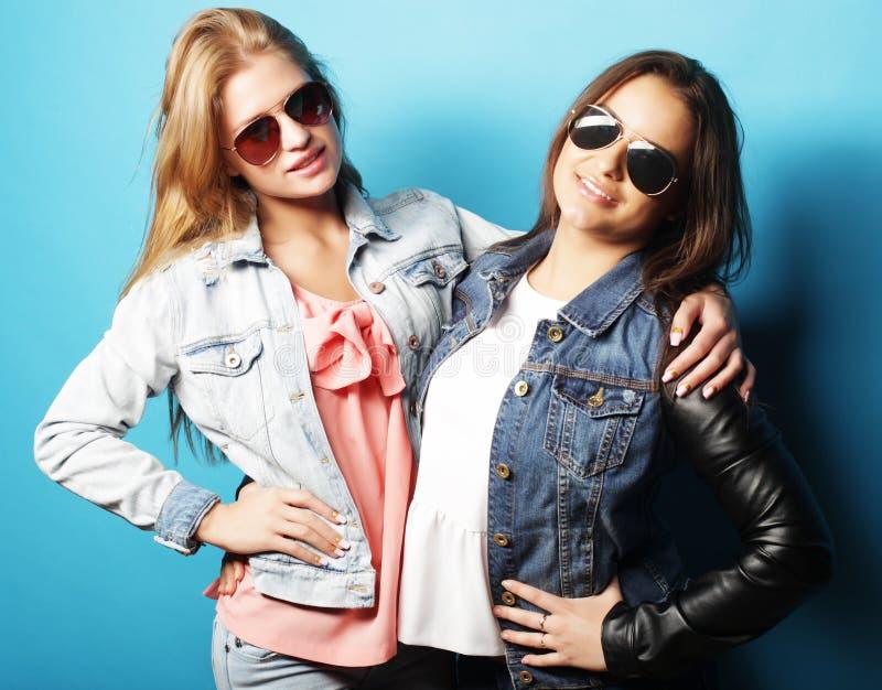 Estilo de vida e conceito dos povos: Dois amigos de moça que estão junto e que têm o divertimento foto de stock royalty free