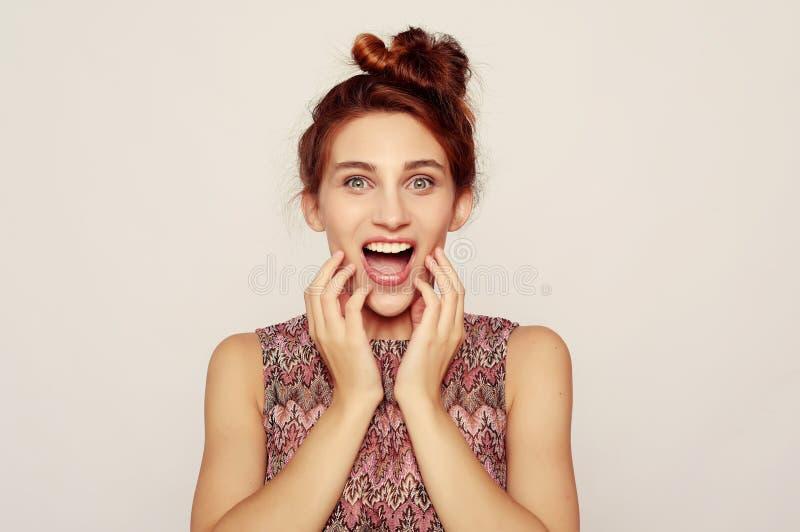 Estilo de vida e conceito dos povos: A jovem mulher bonita assustado chocada, mouth aberto extensamente fotos de stock royalty free