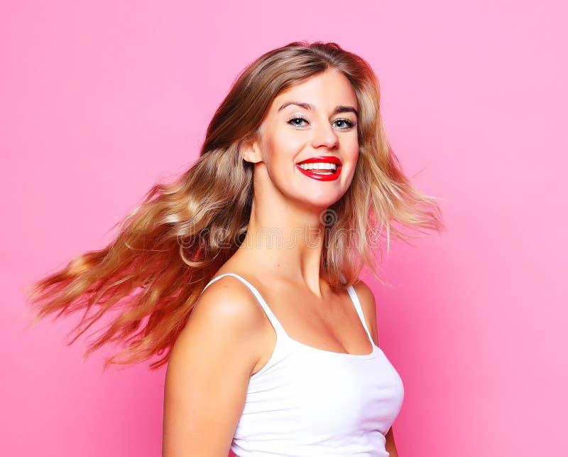 Estilo de vida e conceito dos povos: Menina loura de sorriso bonito nova sobre imagem de stock