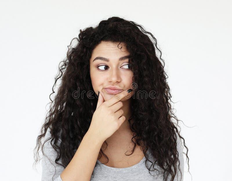 Estilo de vida e conceito dos povos: Mulher afro-americano bonita que pensa em algo imagens de stock