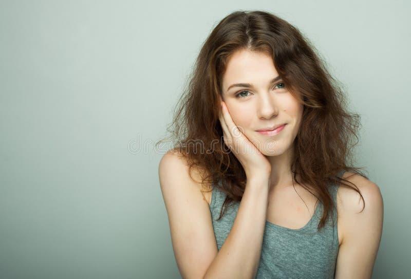 Estilo de vida e conceito dos povos: Retrato ocasional novo da mulher Limpe a cara, cabelo encaracolado fotos de stock