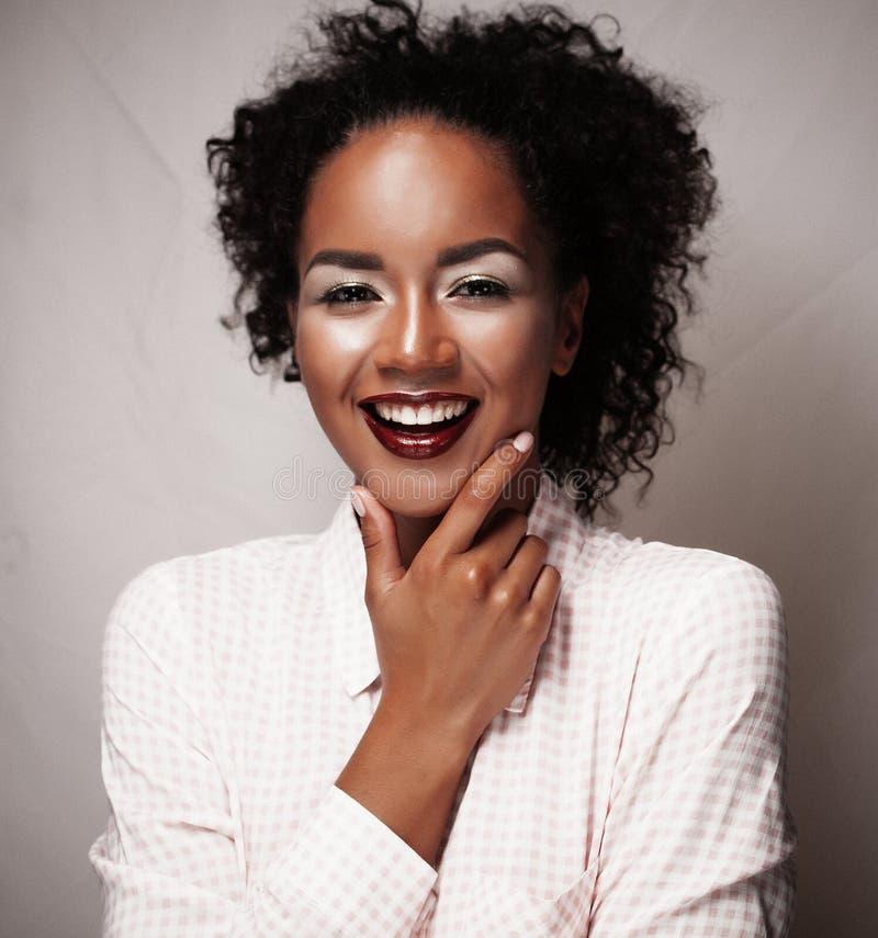 Estilo de vida e conceito dos povos: Retrato de um sorriso africano novo bonito da mulher imagens de stock royalty free