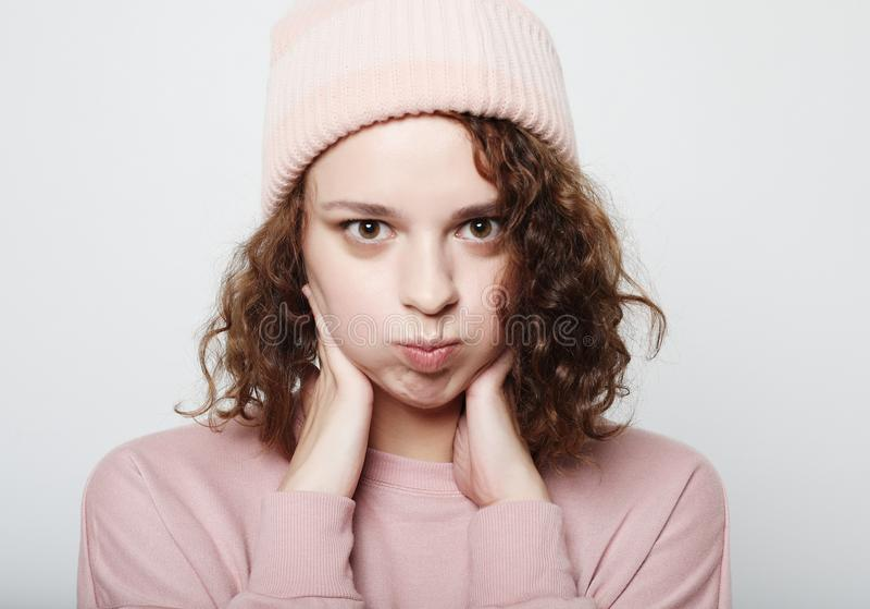 Estilo de vida e conceito dos povos: Rosa vestindo da menina bonito nova do moderno sobre o fundo branco, fim acima imagens de stock