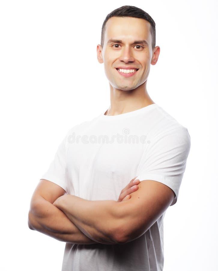 Estilo de vida e conceito dos povos: t-shir branco vestindo do homem considerável imagem de stock