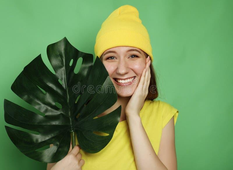 Estilo de vida, emoção e conceito dos povos: Mulher bonita nova que veste a roupa ocasional amarela fotos de stock royalty free