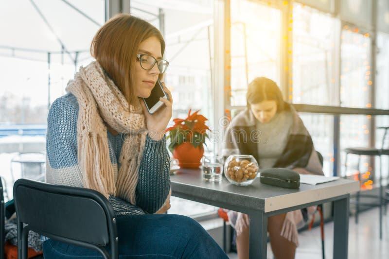 Estilo de vida de inverno, pessoas em cafés com celulares fotografia de stock royalty free
