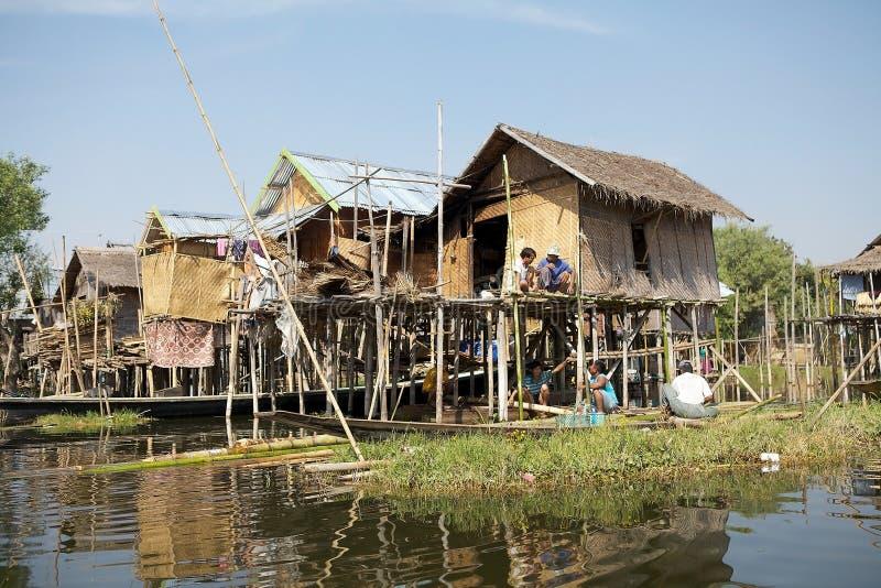 Estilo de vida no lago Inle Myanmar imagem de stock royalty free