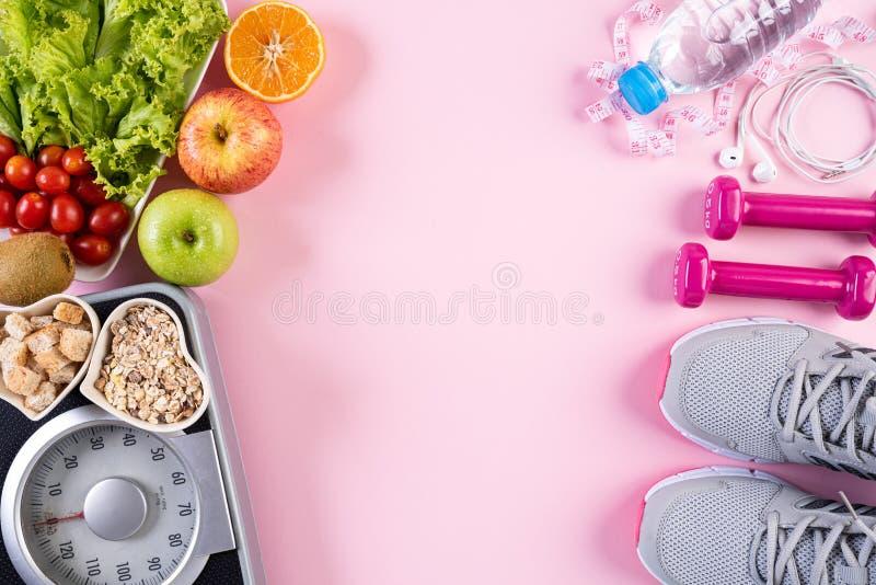 Estilo de vida saudável, alimento e conceito do esporte Ideia superior do peso de medição do rosa da fita da escala do peso do eq fotografia de stock