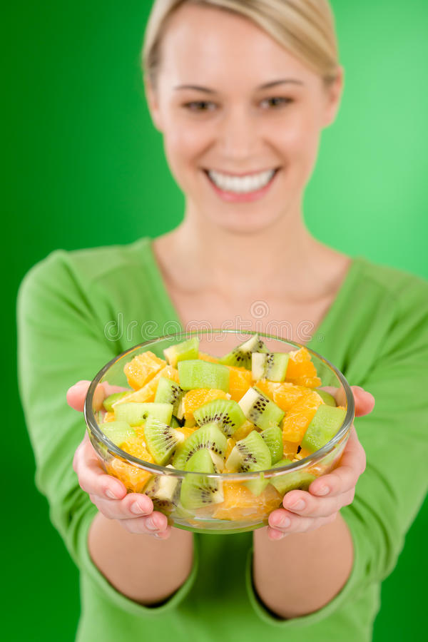 Estilo de vida saudável - bacia de salada da fruta da terra arrendada da mulher imagens de stock