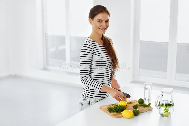 Estilo de vida saudável, comendo Mulher com limões e cais vitamina imagem de stock royalty free