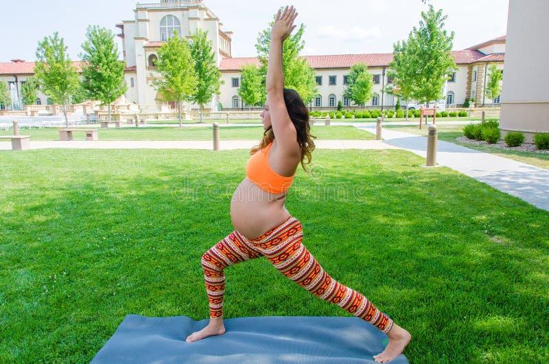 Estilo de vida saudável do exercício de maternidade da ioga fotos de stock