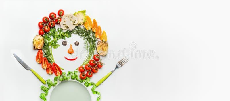 Estilo de vida saudável e conceito de dieta Homem amigável feito de vegetais de salada, de placa, de cutelaria e da fita de mediç fotografia de stock royalty free