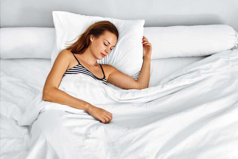 Estilo de vida saudável Mulher que dorme na cama Abrandamento da manhã, sono fotos de stock royalty free