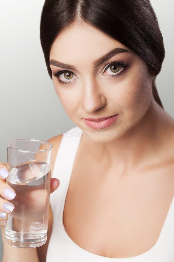 Estilo de vida saudável Retrato da jovem mulher de sorriso feliz com Gl fotos de stock