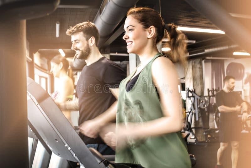 Estilo de vida saudável Rodaje no gym imagens de stock royalty free