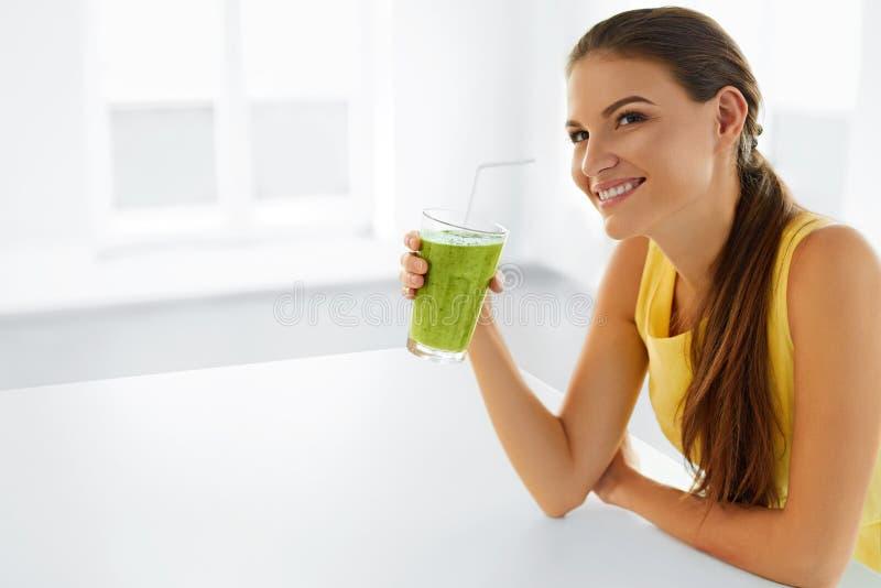 Estilo de vida saudável Suco bebendo da desintoxicação da mulher Dieta, comendo veg imagem de stock
