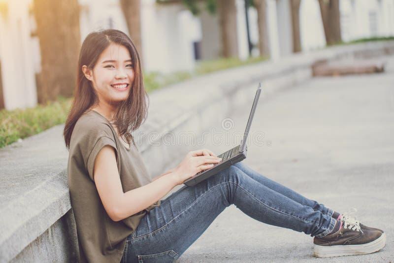 Estilo de vida de trabalho da mobilidade feliz do computador do sorriso, mulher de negócio do close up ou estudante com o computa imagens de stock royalty free