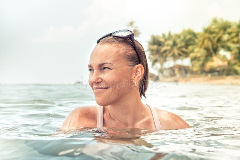 Estilo de vida tropical dos feriados das férias de verão do retrato da praia do mar feliz bonito da mulher imagem de stock royalty free