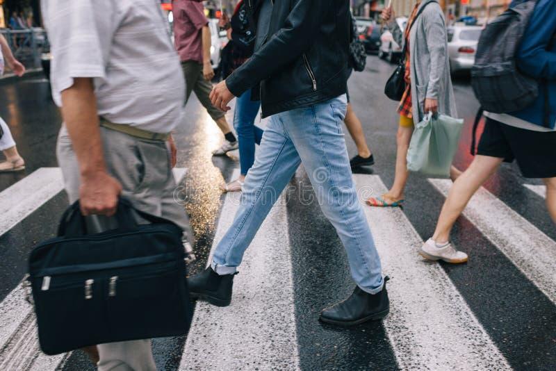 Estilo de vida urbano da cidade da faixa de travessia da multidão da precipitação fotos de stock