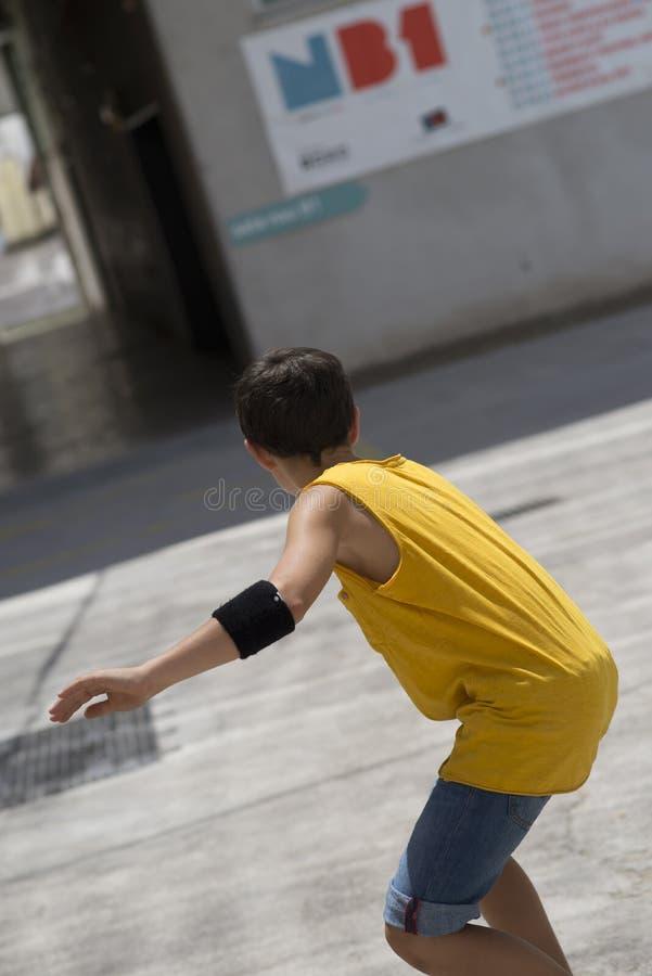 Estilo de vida vestido ocasional do retrato do skater do jovem adolescente fora imagens de stock