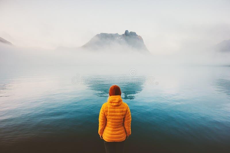 Estilo de vida de viagem de vista sozinho da aventura do mar nevoento da mulher exterior fotos de stock