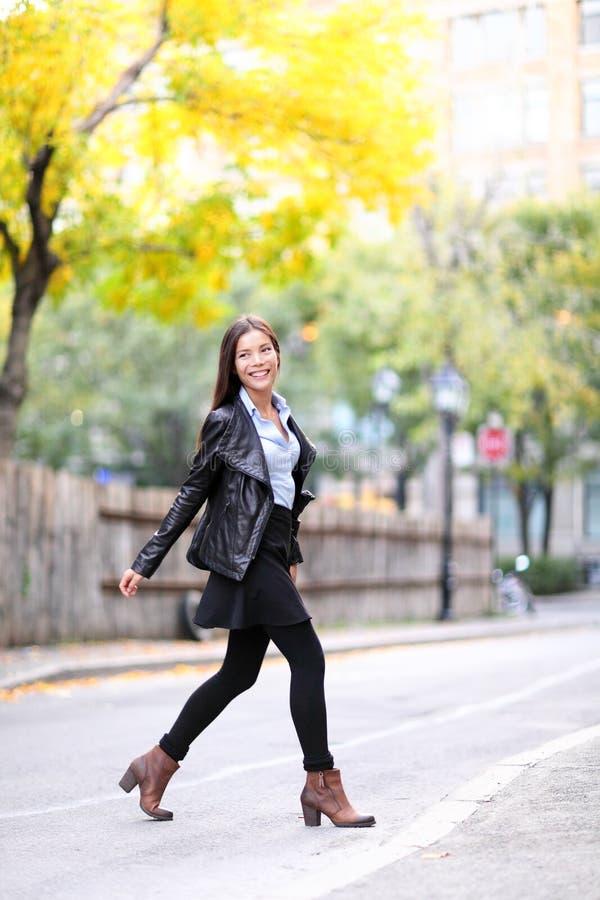 Estilo de vida vivo da cidade da jovem mulher urbana da forma foto de stock royalty free